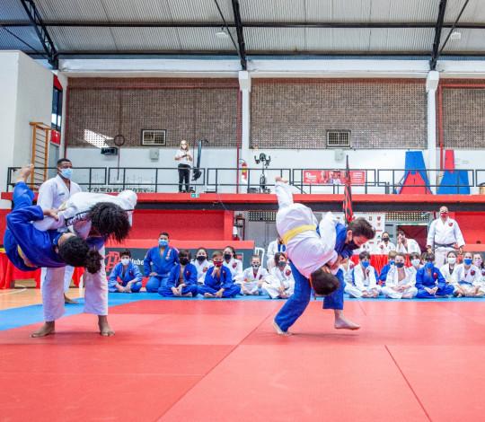 Escola de Esportes do Judô faz cerimônia de entrega das faixas