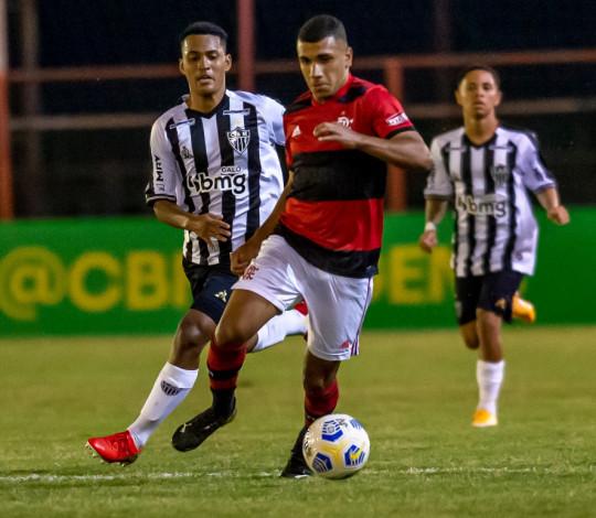 Flamengo faz 2 a 1 no agregado, elimina o Atlético-MG e está na semifinal do Brasileiro Sub-17