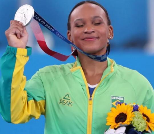Rebeca Andrade faz história e conquista a prata na ginástica artística das Olimpíadas de Tóquio