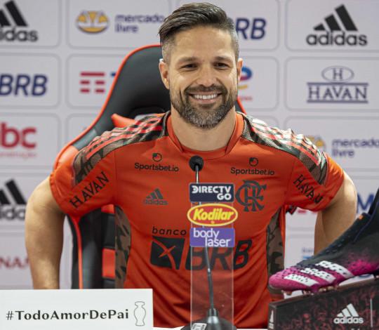 Diego Ribas concede coletiva no Ninho e exalta Renato Gaúcho
