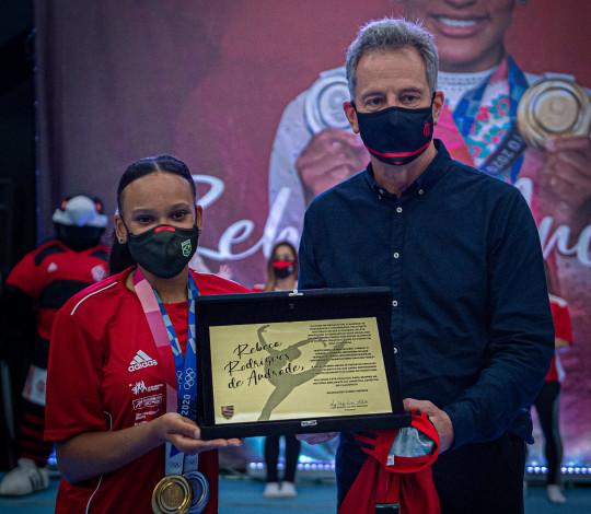 Campeã olímpica, Rebeca Andrade recebe homenagem em cerimônia realizada na sede da Gávea
