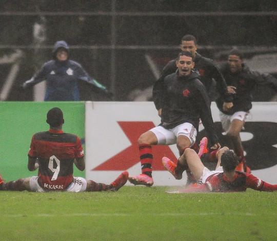 Na Gávea, Flamengo vence o Vasco de virada por 2 a 1 pelo Brasileiro Sub-20