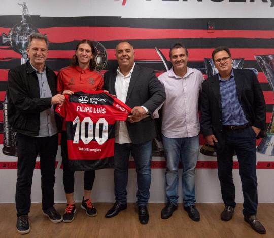 Filipe Luís recebe Manto comemorativo pelos 100 jogos