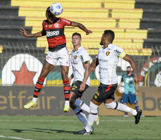Flamengo vence o Sport por 2 a 0 e se aproxima do G4 do Brasileirão