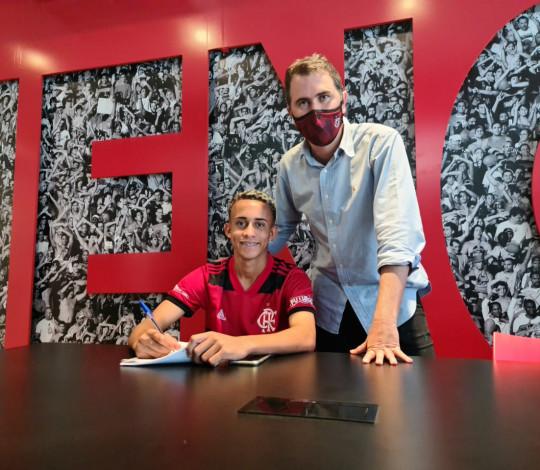 Matheus Gonçalves assina seu primeiro contrato profissional com o Flamengo