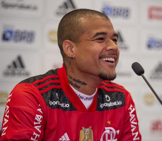 Kenedy desembarca no Brasil e é apresentado como reforço do Flamengo