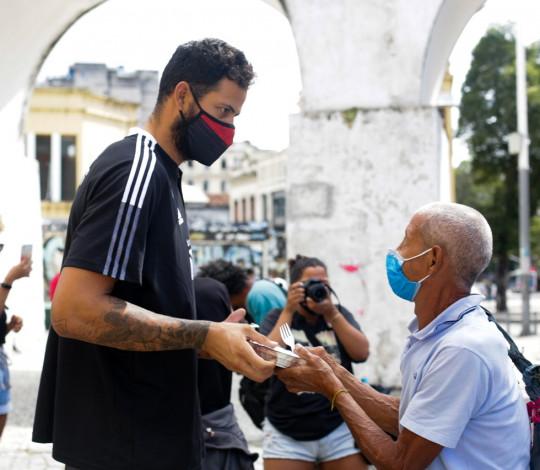 FlaBasquete prepara e distribui quentinhas para moradores em situação de rua