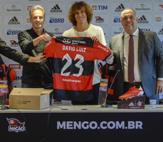 """David Luiz é apresentado no Ninho e afirma: """"É uma das melhores páginas que vou viver"""""""