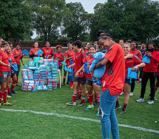 Tuane visita o CEFAN e ganha surpresa das atletas