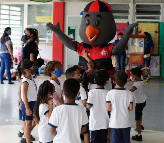 Flamengo realiza ação de Dia das Crianças no EDI Professor Eitel Seixas, em Curicica-RJ