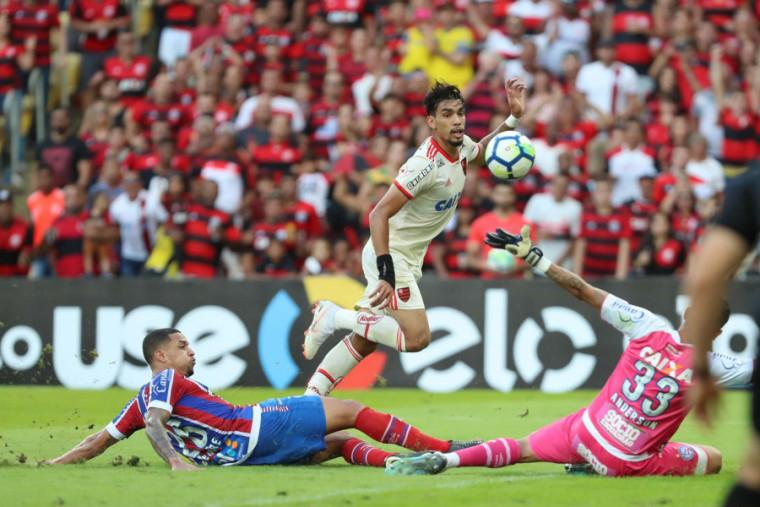 Paquetá dá cavadinha saída do goleiro e faz golaço no Maracanã. Foto   Gilvan de 72772a81c3bef