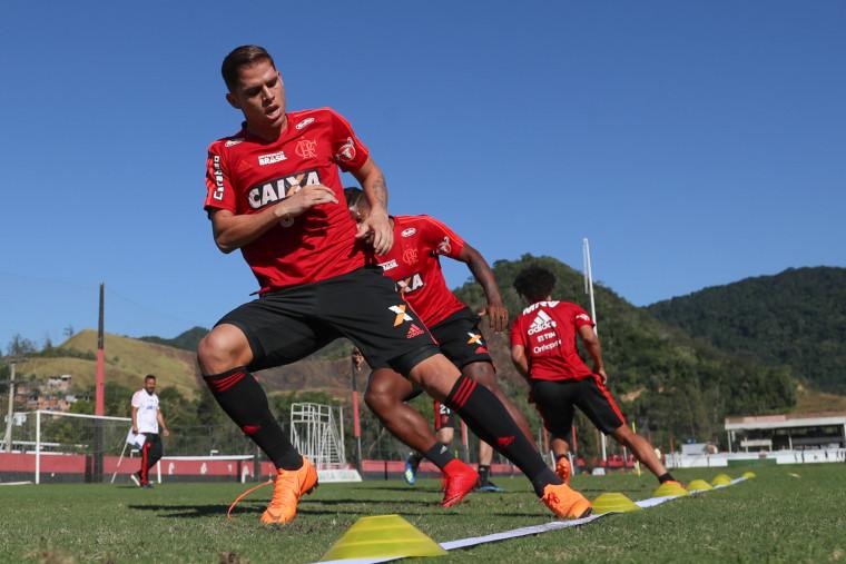 Com Uribe, Flamengo realiza mais um dia de testes no CT Ninho do Urubu