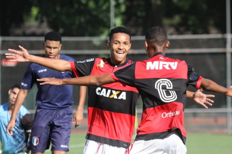 fe3adfc3e3 Lázaro comemora após marcar contra o Barra da Tijuca. Foto  Valdir Santiago