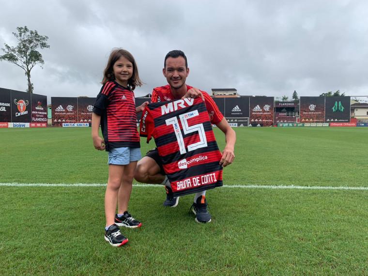 A filha de Gustavo De Conti, Bruna, com o capitão Réver (Gilvan de Souza/ Flamengo)
