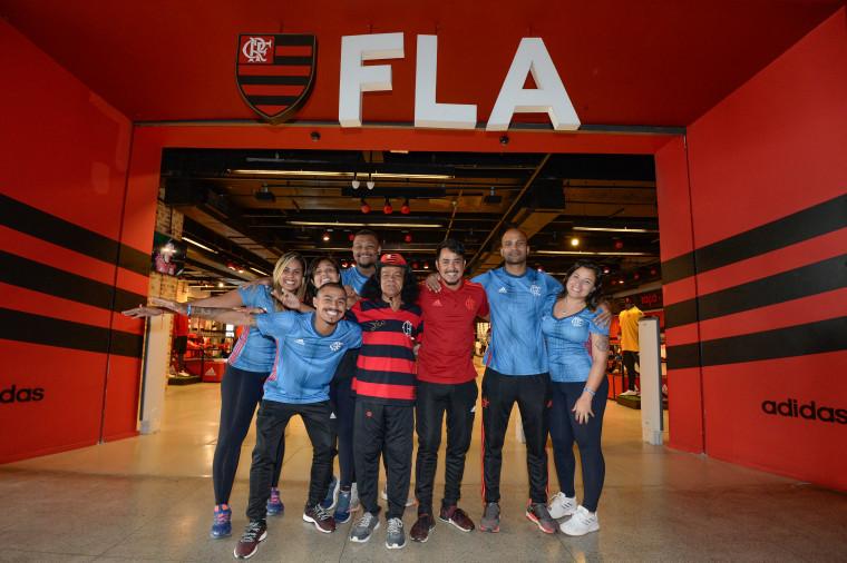7403c2ee5b6 Torcedor símbolo do flamengo ganha emprego nas lojas oficiais flamengo jpg  760x506 Gávea loja do flamengo