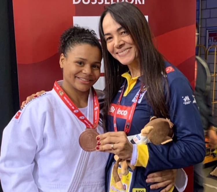 Rosicleia recebe medalha de bronze ao lado da judoca rubro-negra Ellen Santana