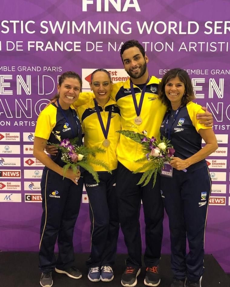Giovana e Renan recebem medalha de bronze ao lado da técnica Roberta Perillier (à esquerda).