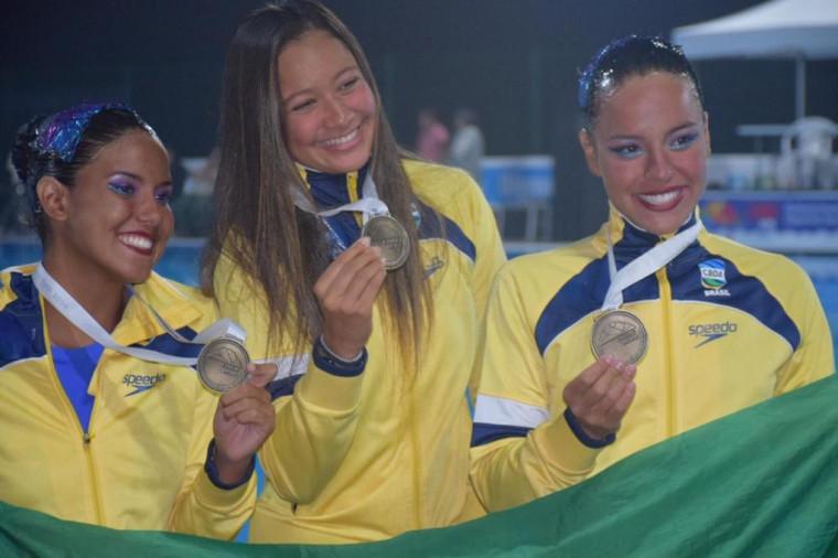 Jaddy Passos (à esquerda), Rebecca Rodrigues (centro) e Jullia Catharino (à direita) conquistam o ouro na prova de Dueto Junior.
