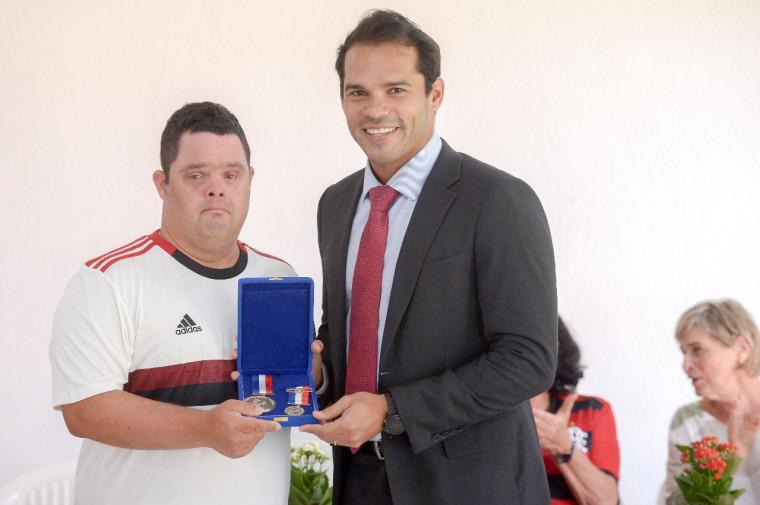 Thiago Pompeu recebeu as medalhas das mãos do vereador Thiago Ribeiro. Foto: Marcelo Cortes / Flamengo.