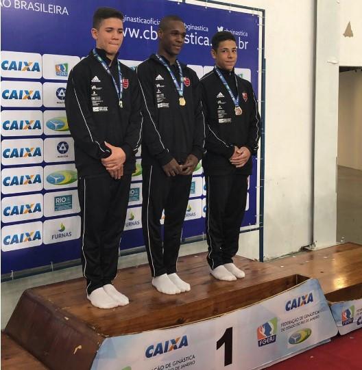 Roger Gomes, Cauã Rocha e Matheus Fernandes foram os três melhores do Torneio Nacional de GAM Juvenil