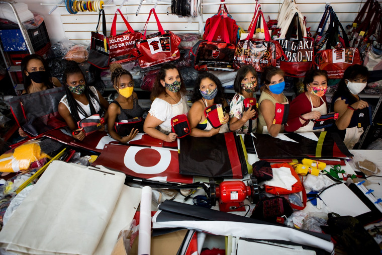 Mulheres do Sul Global e os produtos em parceria com o Flamengo (Foto: Gilvan de Souza/ Flamengo)