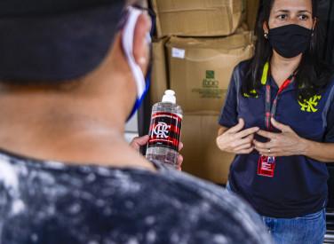 Flamengo distribui álcool gel no complexo do alemão - 28-04-2020