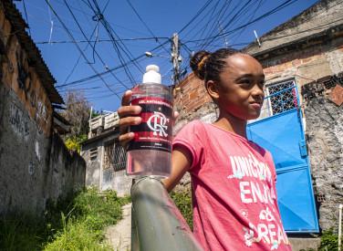Flamengo distribui álcool gel e sacolas surpresa para crianças do Morro da Coruja - 05-05-2020