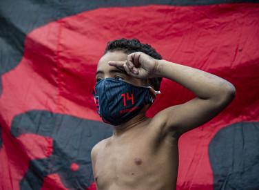 Flamengo distribui álcool em gel e máscaras em comunidades do Rio - 01-06-2020