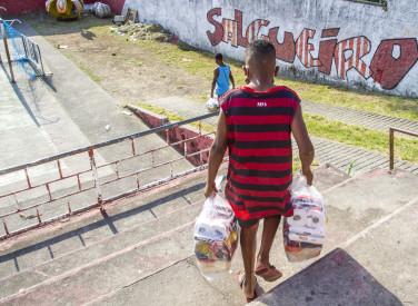 Flamengo faz distribuição de cestas básicas e álcool gel no Morro do Salgueiro - 26-06-2020