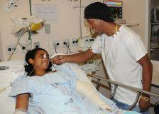 Ronaldinho visita vítimas da tragédia em Realengo. (15-04)