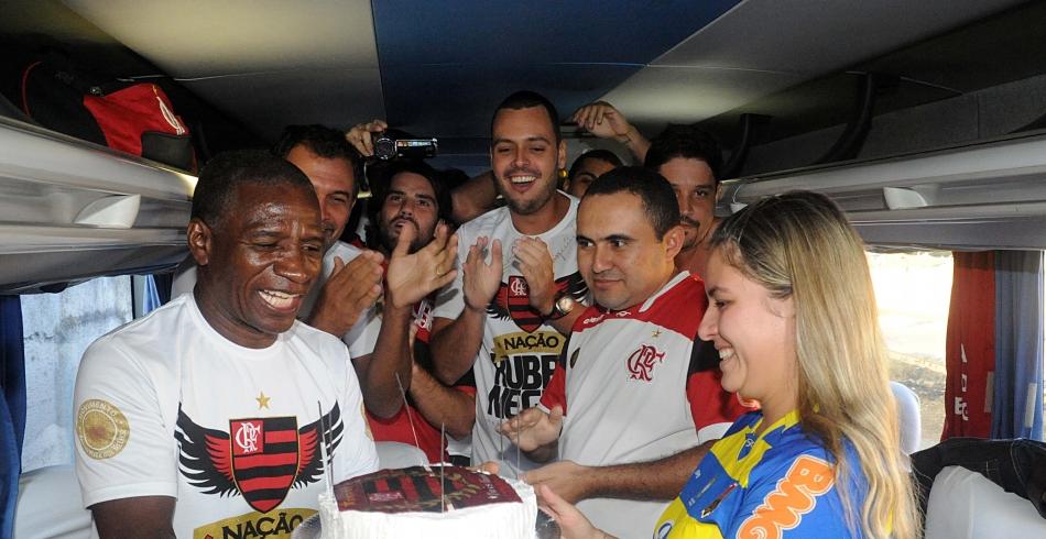 Adílio comemora aniversário com sócios-torcedores