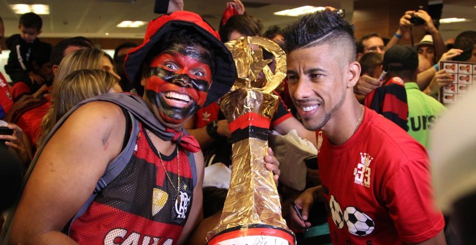 Léo Moura recebe fãs no Maracanã Mais