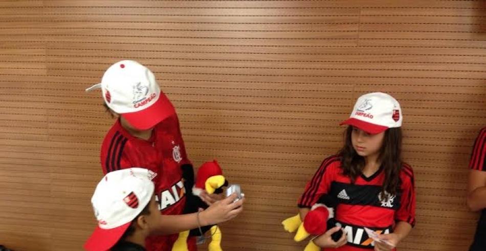 Pequenos rubro-negros entram em campo com o Flamengo