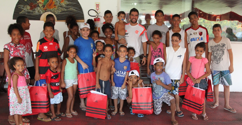 Gegê faz doação para crianças na Escola de Samba Salgueiro - 28/01/2015