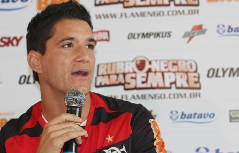 Thiago Neves veste o manto sagrado na Gávea